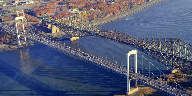 Photo d'archives des ponts Pierre-Laporte et de Québec.