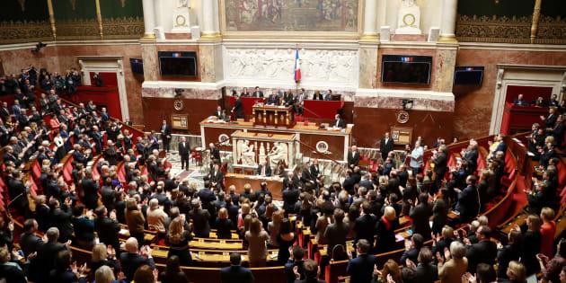 Les députés applaudissant à l'arrivée des présidents des différents groupes parlementaires au début de la séance de questions au gouvernement à l'Assemblée nationale le 12 février 2019.