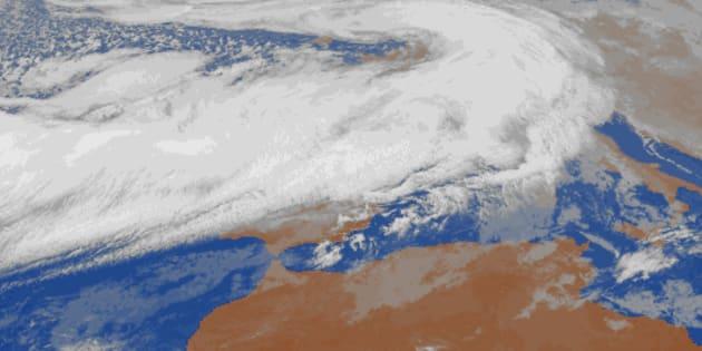 Ahí debajo está la Península Ibérica. La borrasca 'Ana' llega con fuertes vientos y precipitaciones.