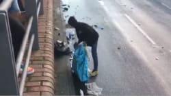 Il black bloc pulisce la strada dopo gli scontri con la