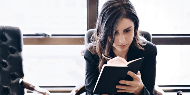 Mulheres ganham 77% da média do que homens ganham, afirma pesquisa do IBGE.