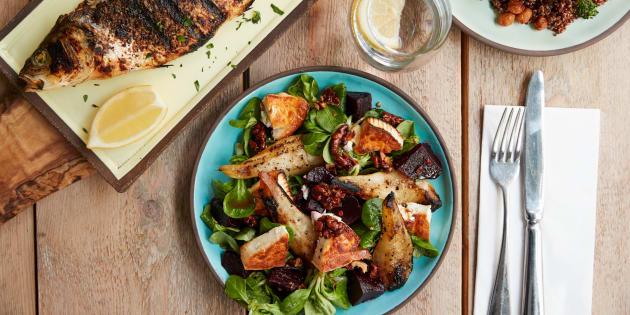 La dieta mediterránea se centra principalmente en alimentos de origen vegetal, grasas saludables y granos integrales.