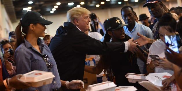Melania et Donald Trump servent le repas aux rescapés de la tempête Harvey.