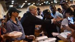 A Houston, Trump sert le repas aux victimes de la tempête