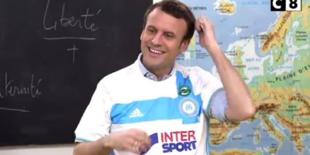 Macron explique aux enfants ce que signifie l'étoile sur le maillot de l'OM.