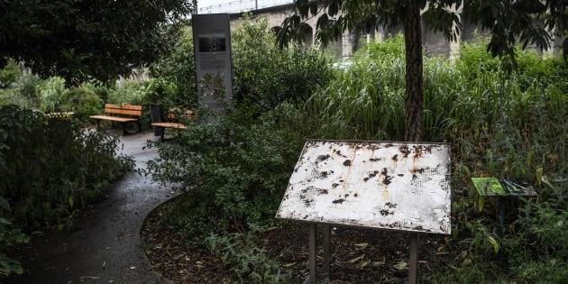 La stèle en mémoire des déportés après la rafle d'Izieu arrachée, le 8 août.