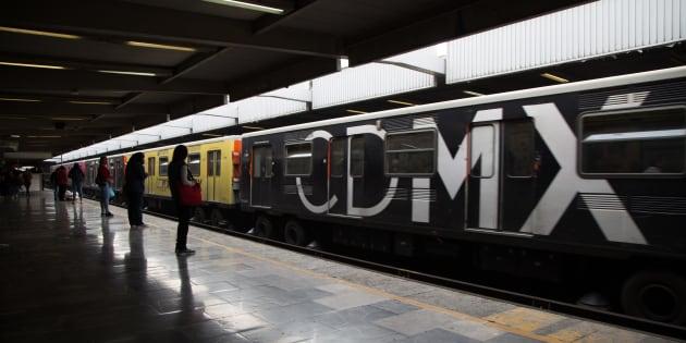 Mujeres esperan un vagón de Sistema de Transporte Colectivo Metro en el espacio exclusivo de mujeres y niños dentro de la terminal Taxqueña.