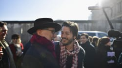 Desde el Muro de Berlín, Diego Luna le reclama a