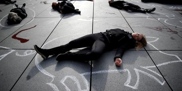 Protetsa de PETA junto al Centro Pompidou de París, en noviembre de 2017.