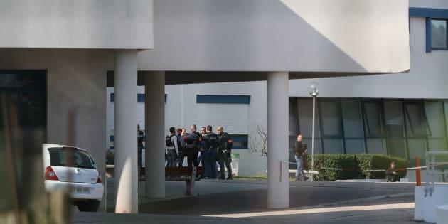 Des policiers à l'intérieur du lycée Alexis de Tocqueville à Grasse le 16 mars 2017.