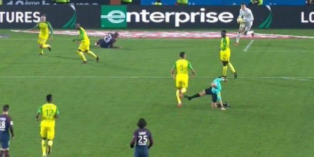Le geste de Tony Chapron lors de Nantes-PSG parodié sur les réseaux sociaux.