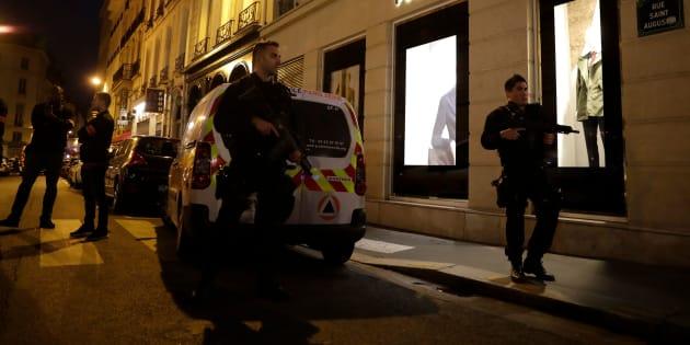 Los policías montan guardia en el centro de París después de que una persona muriera y varias resultaran heridas en un ataque con arma blanca en París, el 12 de mayo de 2018.