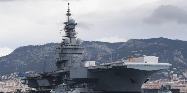 Le Charles de Gaulle, seul porte-avions français, mis en cale sèche ce mercredi à Toulon pour les 18 prochains mois