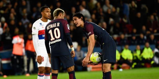 Tension entre Neymar et Cavani avant un penalty contre Lyon ce 17 septembre 2017.