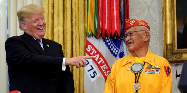 """Donald Trump s'amuse à surnommer une élue """"Pocahontas""""... en pleine cérémonie en l'honneur d'Indiens d'Amérique."""