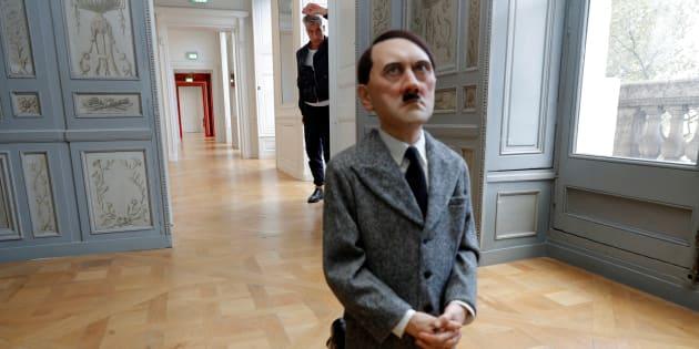 """Maurizio Cattelan avec sa création """"Him"""" (2001) de 'exposition """"Not Afraid of Love"""" à l'Hotel de la Monnaie de Paris"""