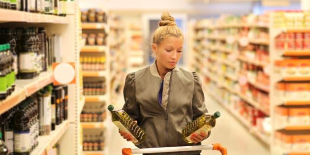 Vendre de l'huile d'olive comme étant «extra-vierge» alors qu'elle est mélangée à une autre huile végétale est un exemple de fraude alimentaire.