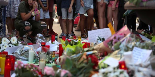 Des fleurs déposées sur les Ramblas de Barcelone, le 18 août.