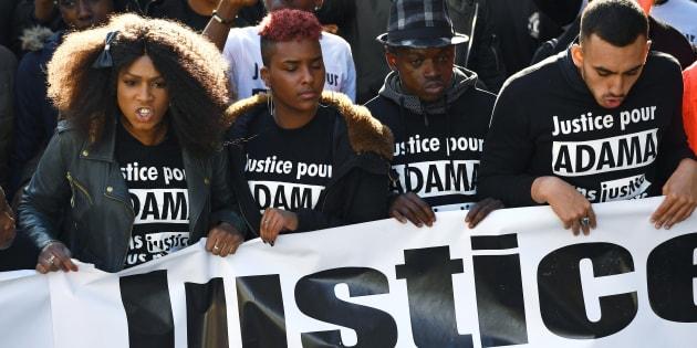 La grande soeur d'Adama Traoré participe à une manifestation le 5 novembre 2016.
