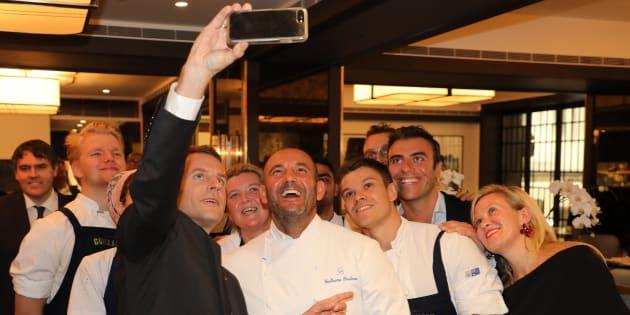Lors de son déjeuner avec des chefs à Sydney pour mettre à l'honneur la gastronomie, Emmanuel Macron a pris un selfie avec les cuisiniers.