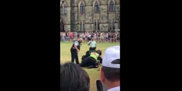 Arrestation au Canada d'un homme qui a tenté de poignarder un soldat au Parlement