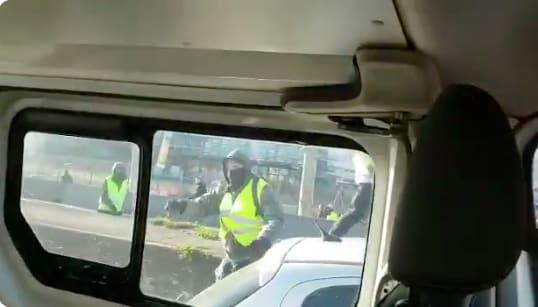 En pleurs, une policière filme l'attaque violente de son fourgon par des