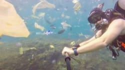 Ce plongeur se retrouve dans un océan de déchets au large de