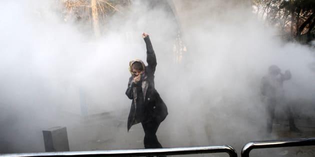 Une Iranienne devant l'Université de Téhéran lors d'une manifestation, le 30 décembre.