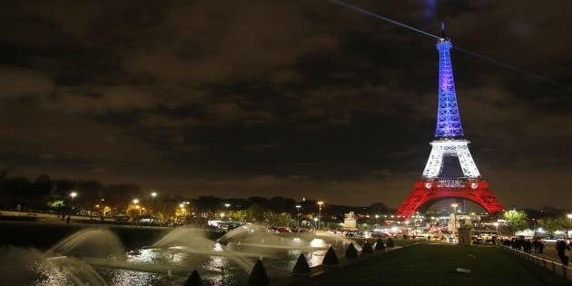 La Tour Eiffel le 16 novembre, illuminée en mémoire des victimes des attaques terroristes du 13 novembre 2016. (Malte Christians/picture-alliance/dpa/AP Images via AP, File)
