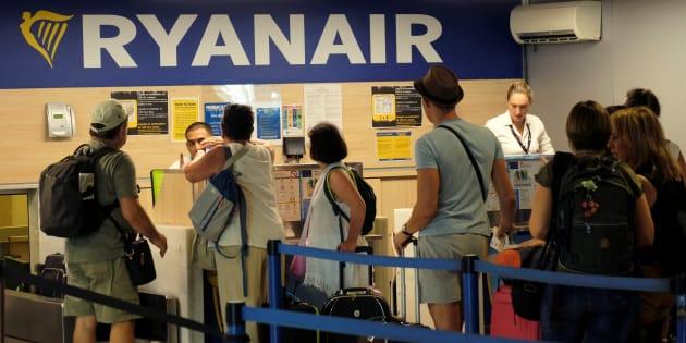 Pasajeros de la aerolínea Ryanair hacen cola en el aeropuerto de Valencia durante la huelga de tripulantes.