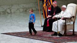Cet enfant sourd joue autour du pape... en pleine leçon de