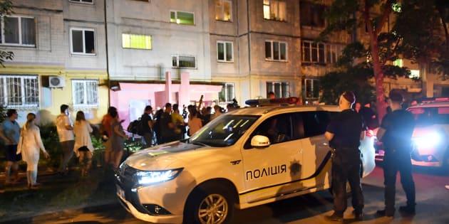 Les journalistes travaillent devant l'immeuble où a été abattu Arkadi Babtchenko, mardi.