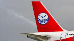 Le copilote d'un avion à moitié aspiré à l'extérieur par la vitre éclatée du