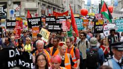 Corbyn dà la carica, in migliaia sfilano a Londra contro l'austerity e Theresa