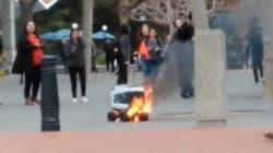 Ce robot de livraison a pris feu, des passants lui rendent