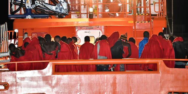 Un grupo de 51 personas desembarca en el puerto de Alborán, tras haber sido rescatado por Salvamento Marítimo, el pasado lunes.