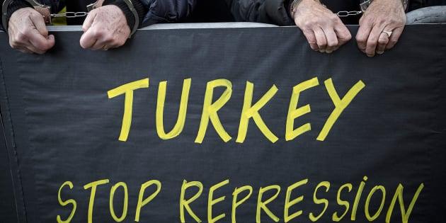 Movilización de Amnistía Internacional delante de la embajada de Turquía en París para pedir la liberación de Taner Kılıç (noviembre 2017).