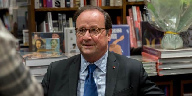 François Hollande lors d'une dédicace à Nantes le 28 novembre.