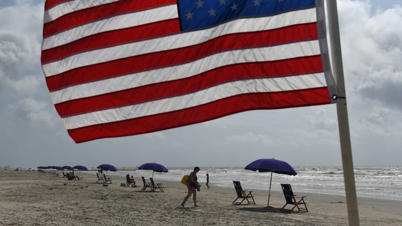 Lockdown-weary Americans hit the road to beaches for holiday weekend 1