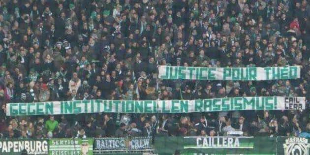 """Deux banderoles avec pour inscription """"justice pour Théo"""" et """"contre le racisme institutionnel"""" ont été aperçues dans les travées d'un stade foot de la ville de Brême."""
