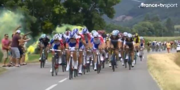 Étape 15 du Tour de France 2018: sortir un fumigène (ici le 20 juillet peu avant l'arrivée à Valence) sur les dernières étapes pourra vous coûter une interpellation.