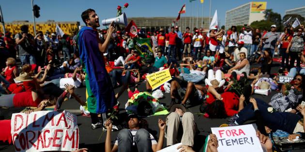 """Em 2016, apoiadores de Dilma protestam contra impeachment, tachando-o de """"golpe""""."""