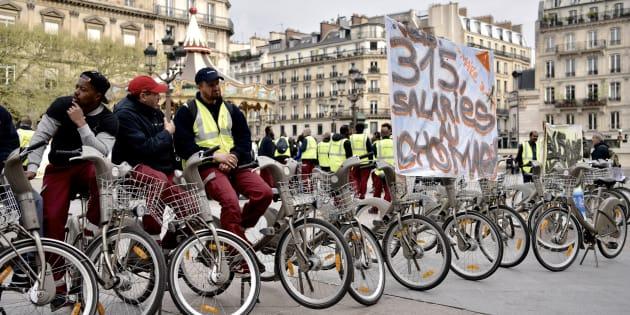 Des employés de JCDecaux manifestant à Paris le 4 avril 2017.