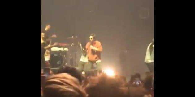 Panayotis Pascot s'essaie au rap pendant le concert de Disiz à l'Olympia