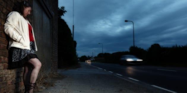 Il y a urgence absolue à aider les personnes en situation de prostitution mais le gouvernement coupe les crédits.