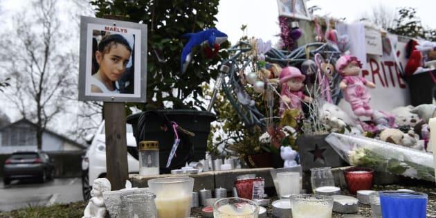 Des fleurs, bougies et messages pour Maëlys à l'endroit où elle a été vue pour la dernière fois au Pont-de-Beauvoisin (photo prise le 15 février 2018).