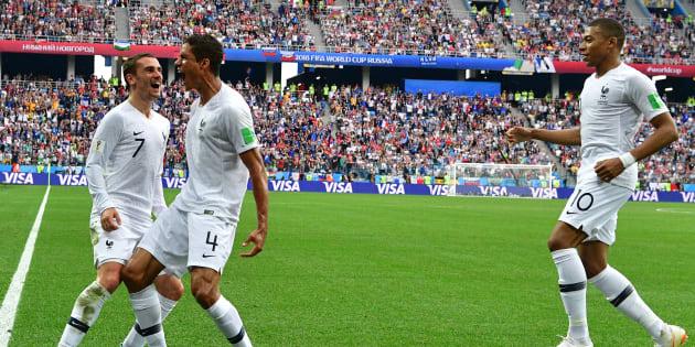 Première mi-temps du match France - Uruguay: Raphael Varane célèbre son but avec Antoine Griezmann, qui a tiré le coup franc lui offrant une tête parfaite.