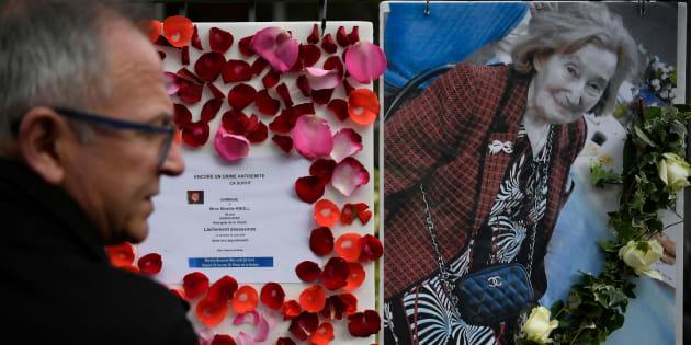 Un hombre pasa ante la foto de Mireille Knoll y los mensajes que convocan a una marcha en su memoria, ante su casa de París.