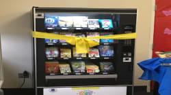 Así funciona una máquina expendedora de libros gratuitos para quienes quieren