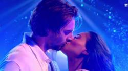 Le baiser de Camille Lacourt et Hajiba Fahmy pendant
